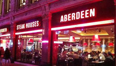 مایکل جردن - STEAK HOUSE خانه استیک مایکل جردن یکی از رستوران های بسیار مشهور نیویورک است. این رستوران یک منوی سنتی با 5 نوع استیک و مخلفات اطرافش دارد. یکی از جاذبه های این رستوران این است که در بالکن ترمینال گراند سنترال قرار دارد. به همین دلیل افراد می توانند در حین خوردن غذا، از منظره زیر پایشان و معماری زیبای اطراف آن نیز لذت ببرند.