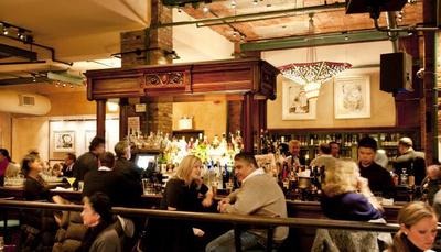 رابرت دنیرو - TRIBECA GRILL رستوران رابرت دنیرو در نیویورک پاتوق بازیکنان برنده اسکار است. این رستوران در همان محله ای که خود او به دنیا آمده و بزرگ شده واقع شده است. در این مکان شما می توانید از منوی آمریکایی، غذای مورد علاقه تان را سفارش دهید.