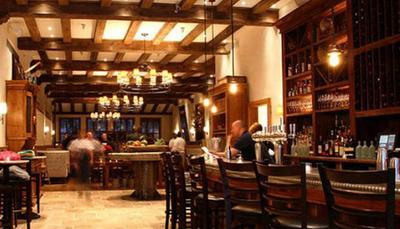 اوا لونگوریا - BESOS رستوران لوکس اوا لونگوریا در هالیوود واقع شده و غذاهای آمریکایی به اضافه استیک سرو می کند. در این رستوران یک DJ هم آهنگ های مورد علاقه  مشتریان را پخش می کند به طوری که احساس می کنید در کنسرتی هیجان انگیز نشسته اید.