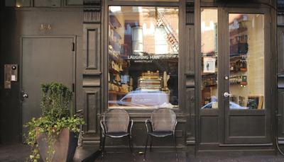 هیو جکمن - LAUGHING MAN کافه هیو جکمن یک کافه محلی در نیویورک است و قهوه و چای های خوش طعمی را سرو می کند. داستان تاسیس این کافه جالب است! هیو جکمن و همسرش در سفر خود با خانواده ای کشاورز آشنا شدند. آنها به او پیشنهاد یک کافی شاپ دادند و او هم از آن استقبال کرد. این کافی شاپ علاوه بر سودی که برای خود هیو جکمن دارد، به کشاورزان آن منطقه نیز سود زیادی می رساند.