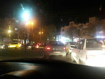 برخی از مردم همدان به دلیل نگرانی از ادامه زلزله ای که مرکز آن عراق اعلام شده است، به خیابان ها ریختند و عده ای به دلیل سرما، سوار بر خودرو در خیابان ها تردد می کنند.