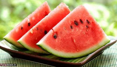 هندوانه تا قبل از باز ِ آن، بهتر است بیرون از یخچال نگهداری شود. دمای بسیار پایین ارزش غذایی آن را بسیار کاهش میدهد. بعد از باز شدن بهتر است سطح آن پوشیده شود.