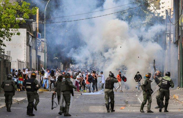 تصاویر/ برخورد موتورسواران با مخالفان رئیس جمهور ونزوئلا
