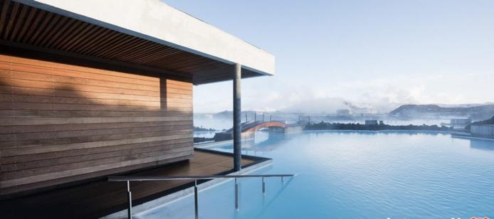 تالاب آبی در ایسلند تا به حال در رابطه با زیباییهای ایسلند زیاد برایتان گفتهایم اما هرچه از طبیعت ناب این دیار برایتان بگوییم باز هم کم است. یکی از جذابیتها ایسلند تالاب آبی Blue Lagoon است که به دلیل آب گرمش مورد استقبال گردشگران واقع شده است. با بازدید از تالاب آبی میتوانید تماشاگر جلبکهای آبی و سبز و انواع گیاهان دارویی باشید که از آنها برای درمان بیماریهای پوستی استفاده میشود. لازم است ذکر کنیم که در نزدیکی تالاب آبی رستوران و اقامتگاه نیز وجود دارد.    نظر شما دربارهی استخرهای آبی که تا اینجا آنها را معرفی کردیم چه بود؟ آیا علاقهمند به بازدید از آنها هستید؟ آیا در کشور عزیزمان تالاب یا استخر طبیعی میشناسید که بازدید از آن را پیشنهاد کنید؟