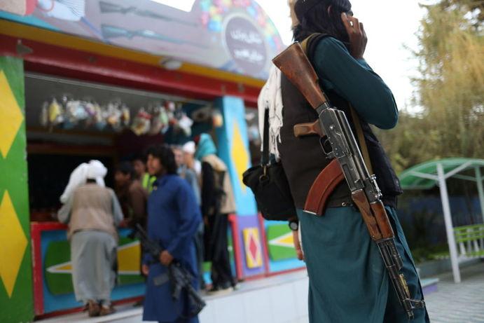 طالبان با اسلحه در پارک تفریحی در کابل