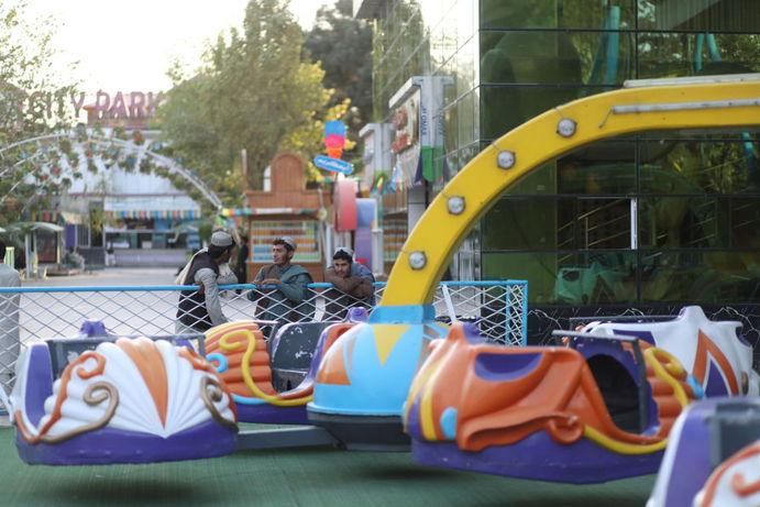 مردان افغانستانی در پارک تفریحی در کابل
