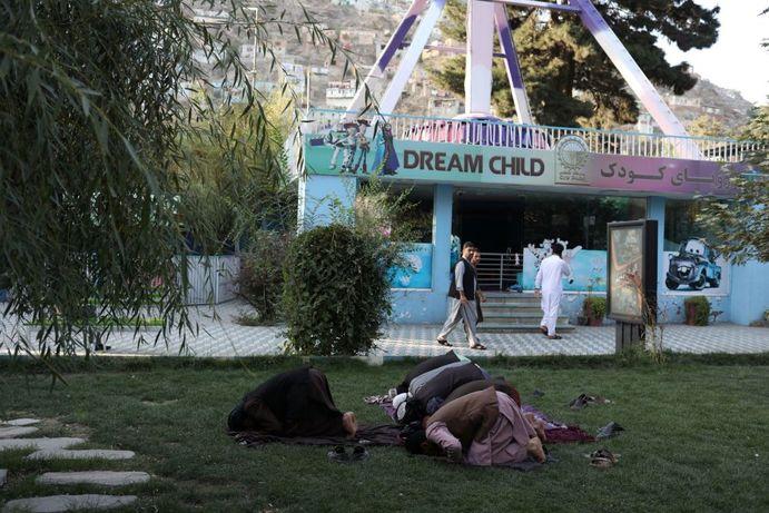 طالبان در حال خواندن نماز در پارک تفریحی در کابل