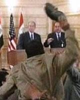 پرتاب كفش سوی رئیس جمهور آمریكا