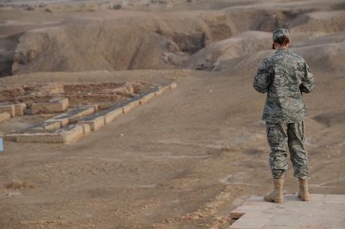 سرباز زن آمریکایی، بر فراز دیوارهای خانه حضرت ابرهیم (ع)، به ویرانههای شهر اور مینگرد